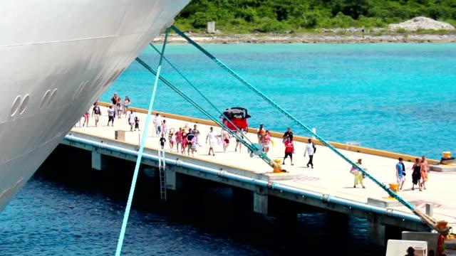 stockvideo's en b-roll-footage met cruise ship passengers - cruise