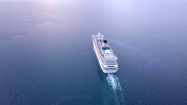 vídeos de stock, filmes e b-roll de o navio de cruzeiros toma turistas para viajar. - estreito mar