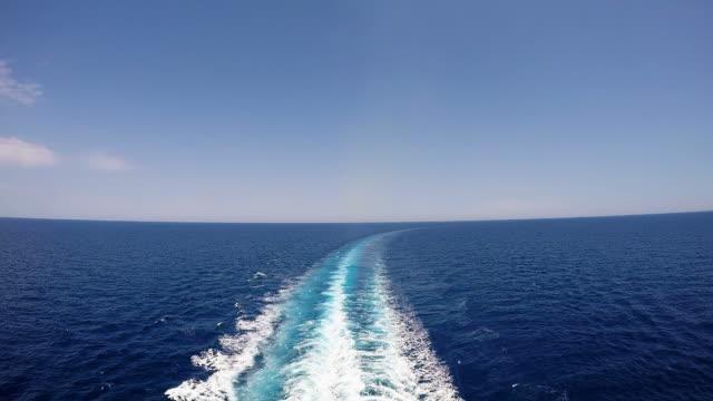 traccia della nave da crociera sul mare - sky diving video stock e b–roll