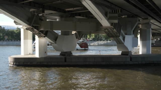 metro köprüsü altında yolcu gemisi - moscow metro stok videoları ve detay görüntü çekimi