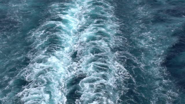 nave da crociera wake nel mar mediterraneo - crociera video stock e b–roll