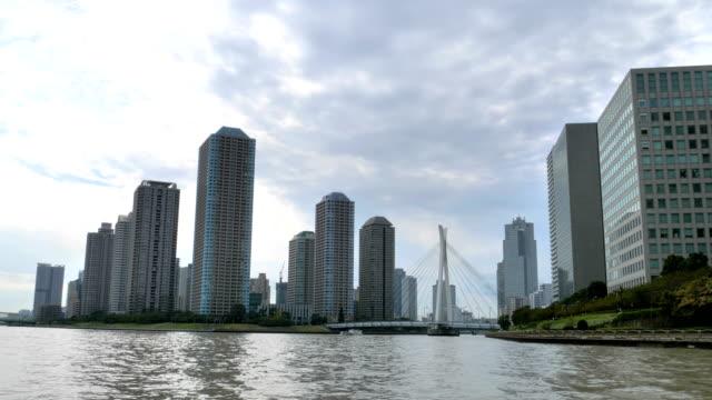 東京の大運河沿いをクルージングし、高層ビルを見る ビデオ