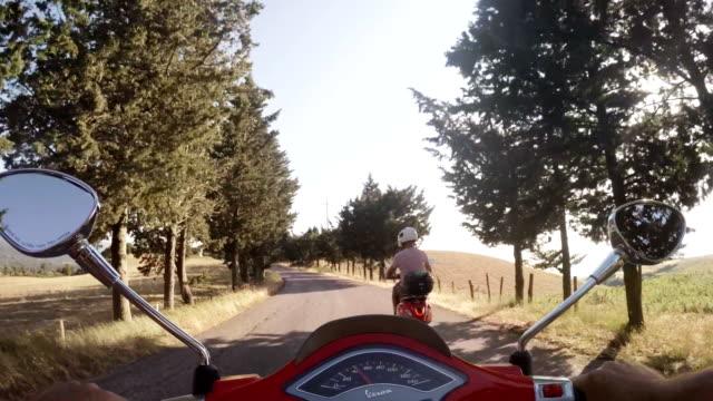 scooter üzerinde seyir - toskana stok videoları ve detay görüntü çekimi