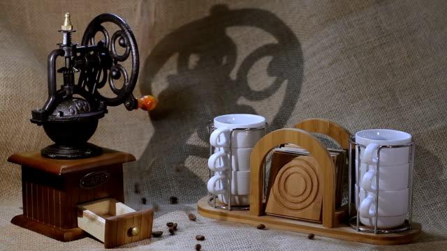 vídeos de stock e filmes b-roll de se desfaz café - coração fraco