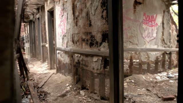 fpv: bröckelnde korridor und verfallende kleine mansardenzimmer im verlassenen haus - verfault stock-videos und b-roll-filmmaterial