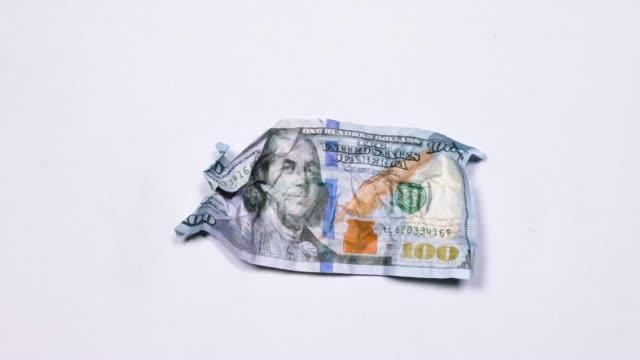 vídeos de stock e filmes b-roll de crumpled bill 100 us dollars. - amarrotado