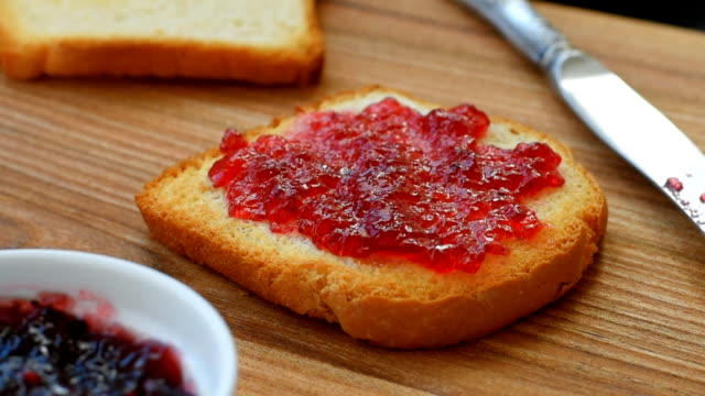 Crunchy hot toasts with jam video