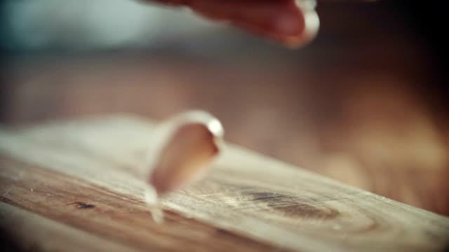 Efficace e spremere aglio in cucina di bordo - video