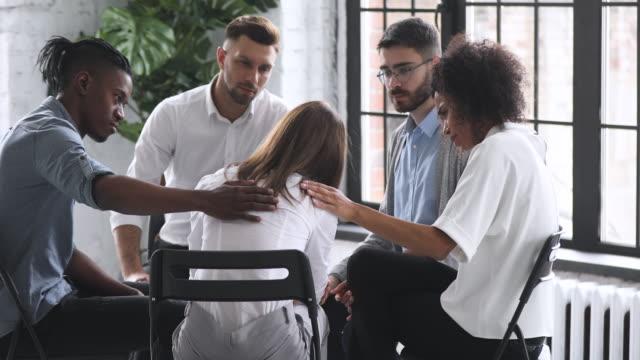 泣いている中毒の女性は、グループセラピーでサポートを得る問題を共有します - 支えられた点の映像素材/bロール