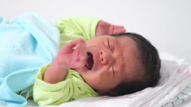 bambino piangere - solo neonati maschi video stock e b–roll