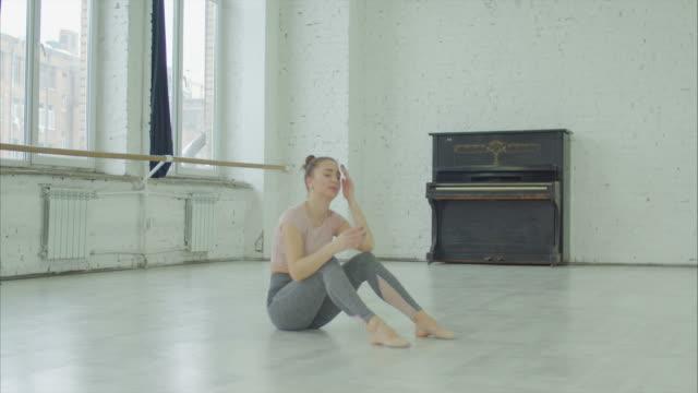 vídeos de stock, filmes e b-roll de chora dançarina chateada por desempenho pretérito imperfeito - bailarina