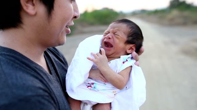 vídeos y material grabado en eventos de stock de llanto recién nacido y padre. - nuevo bebé