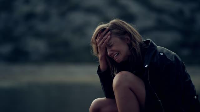 우는 여자. - 젊은 여자 스톡 비디오 및 b-롤 화면