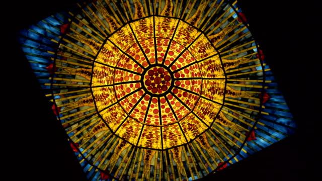 kristallkrona som konst av glasmosaik. - moské bildbanksvideor och videomaterial från bakom kulisserna