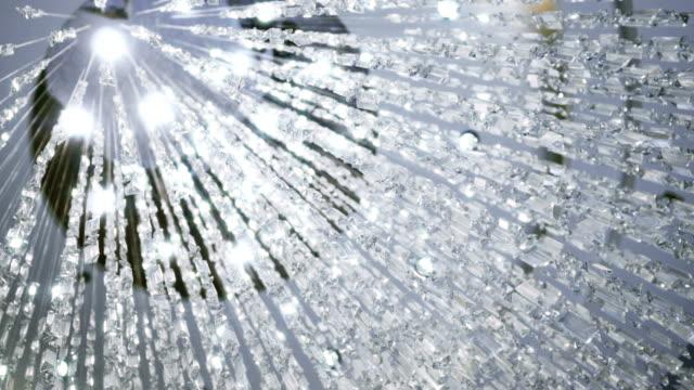 kristal bir avize sarkacak. büyük klasik kristalleri. - avize aydınlatma ürünleri stok videoları ve detay görüntü çekimi