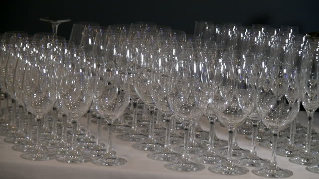 vídeos de stock e filmes b-roll de crystal clear glass goblets exactly standing in row on banquet table. - sideboard