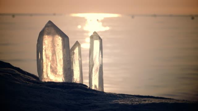 kristal berraklığında. manevi plaj gün batımı - kristal stok videoları ve detay görüntü çekimi