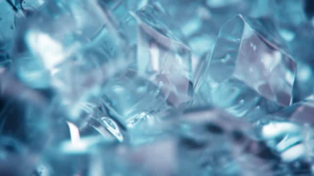 кристаллами кубик льда спиннинг фоне - кристалл стоковые видео и кадры b-roll