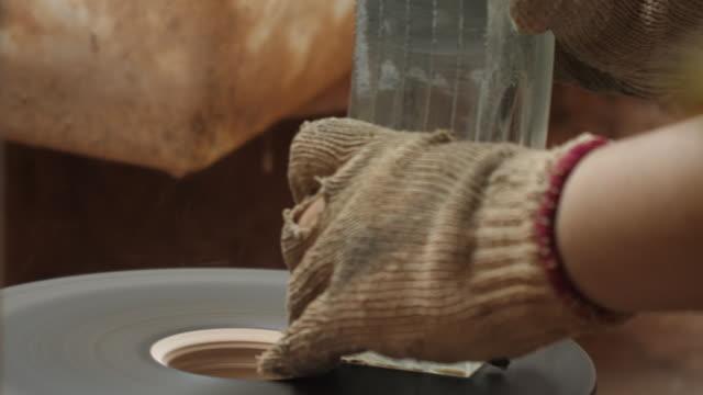 industria dello stabilimento di produzione di cristalli - incisione oggetto creato dall'uomo video stock e b–roll