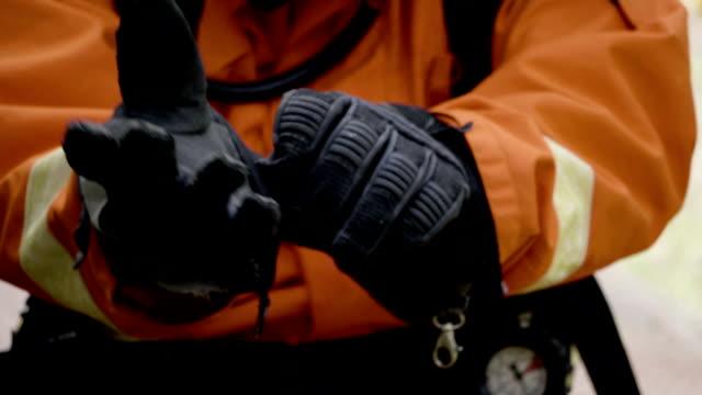 cu: koruyucu eldiven - first responders stok videoları ve detay görüntü çekimi