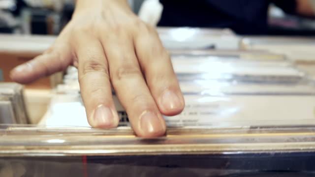 cu : record store - analogiczny filmów i materiałów b-roll