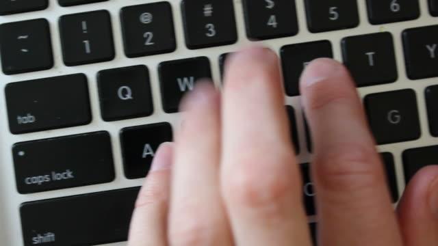 vídeos y material grabado en eventos de stock de cu escribiendo en computadora portátil - seo