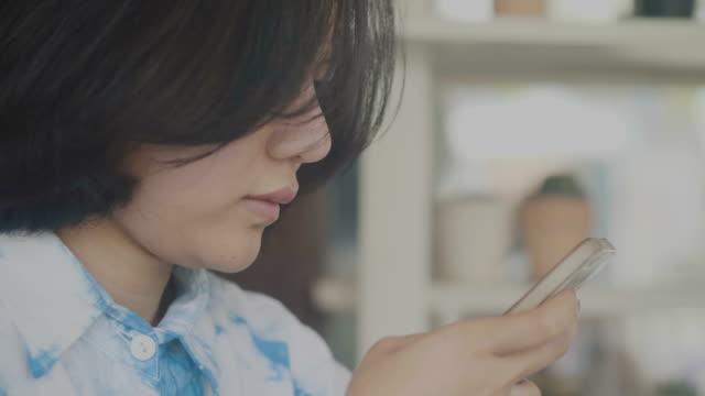 cu kvinna läsande mobiltelefon och avkopplande - 30 39 år bildbanksvideor och videomaterial från bakom kulisserna
