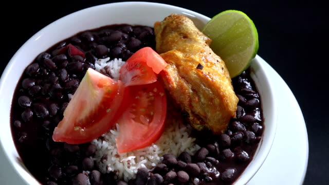 Cuisine cubaine: Riz blanc et soupe de haricots noirs - Vidéo