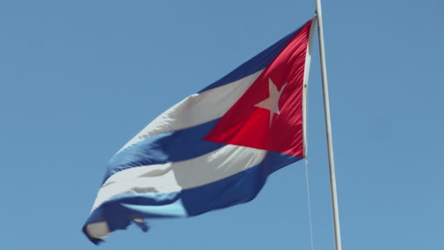 cuban flag against the sky - politica e governo video stock e b–roll