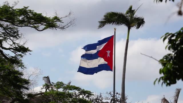 kubanische flagge weht im wind in alt-havanna-kuba - kommunismus stock-videos und b-roll-filmmaterial