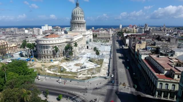 kubanische landschaft gebäude alte havanna drohne fliegen in den himmel - havanna stock-videos und b-roll-filmmaterial