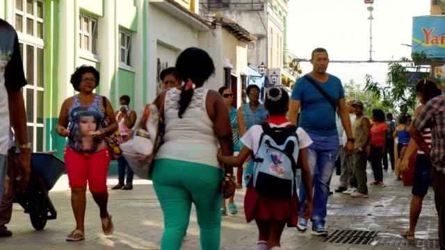 vídeos y material grabado en eventos de stock de pueblo cubano en el centro de la ciudad de santiago de cuba - caribe
