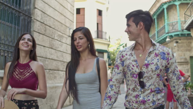 junge kubaner in havanna zu fuß - havanna stock-videos und b-roll-filmmaterial