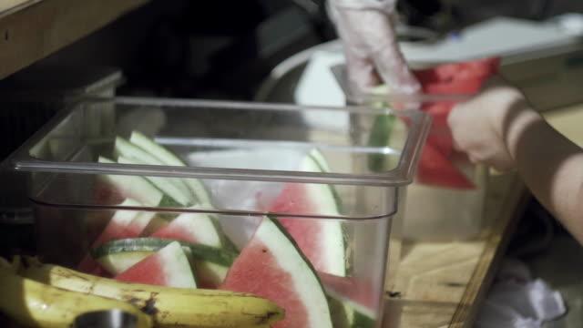Gurken und Wassermelonen. Barkeeper, frische Limonade auf Streetfood festivale – Video