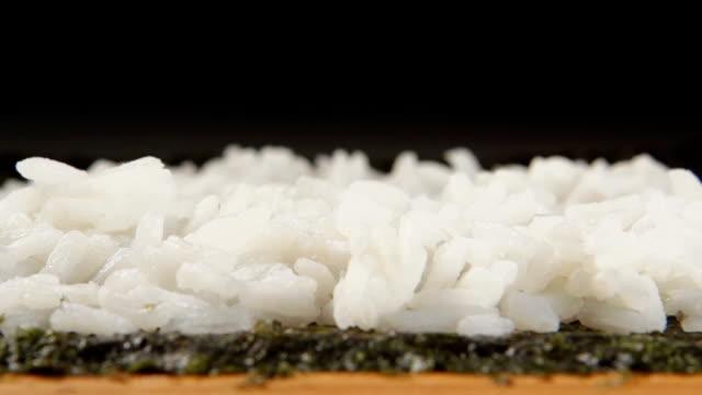 al rallentatore : cetriolo strisce cascate di riso bianco - chef triste video stock e b–roll