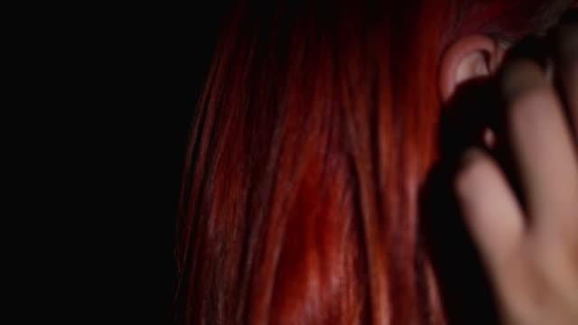 mor och dotter kramas i soffan - rött hår bildbanksvideor och videomaterial från bakom kulisserna