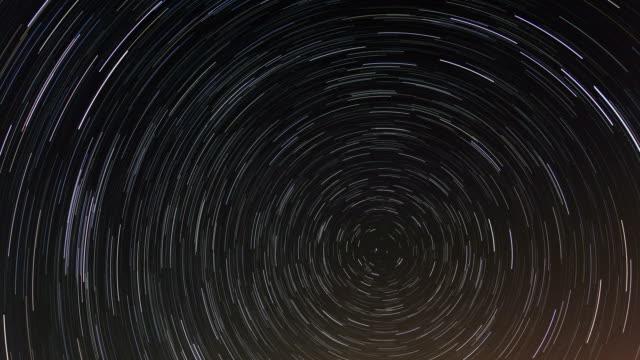 vídeos y material grabado en eventos de stock de acumulativo time lapse of star trails. night cielo - estrella del norte