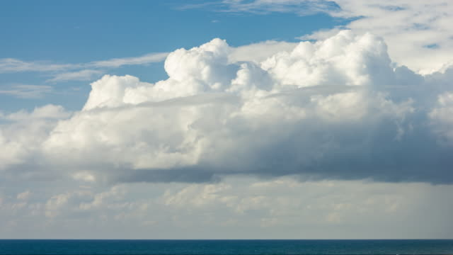 cumulonimbus cloud moving over sea, daylight - timelapse - lanuginoso video stock e b–roll