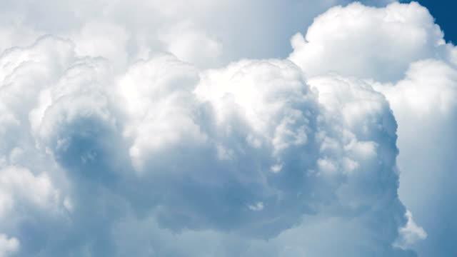 vídeos de stock, filmes e b-roll de nuvem cumulonimbus timelapse em movimento. - cúmulo