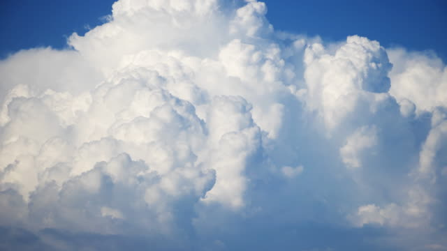 cumulonimbus wolke timelapse - sonnig stock-videos und b-roll-filmmaterial