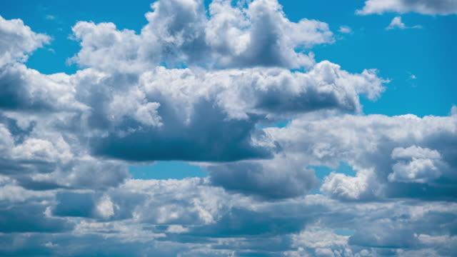 積雲のシラス雲が青空を移動します。タイムラプス - 層積雲点の映像素材/bロール