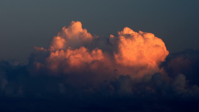 vídeos de stock, filmes e b-roll de cumulus cloudscape no pôr do sol - cúmulo