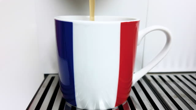 tasse kaffee 4k - schwarzer kaffee stock-videos und b-roll-filmmaterial