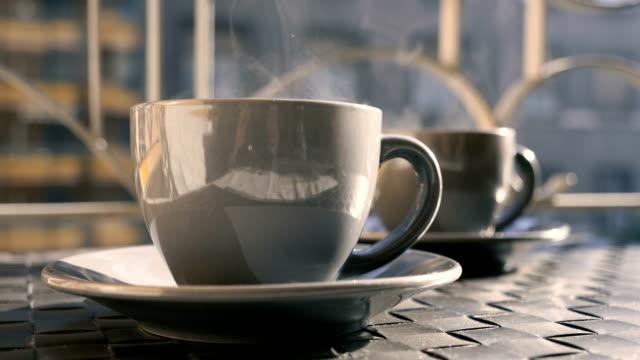 una tazza di caffè. - bevanda calda video stock e b–roll