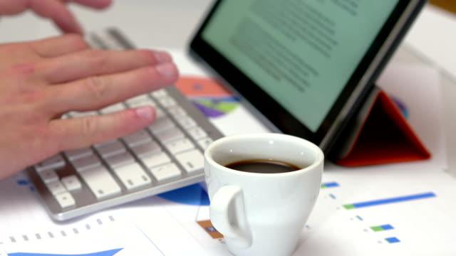 kopp kaffe medan du arbetar - coffe with death bildbanksvideor och videomaterial från bakom kulisserna