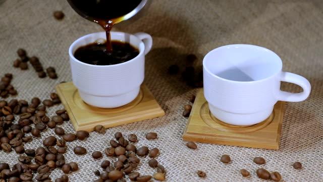 vídeos de stock e filmes b-roll de xícara de café com grãos de café - coração fraco