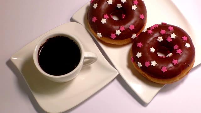 kopp kaffe med donut - tefat bildbanksvideor och videomaterial från bakom kulisserna