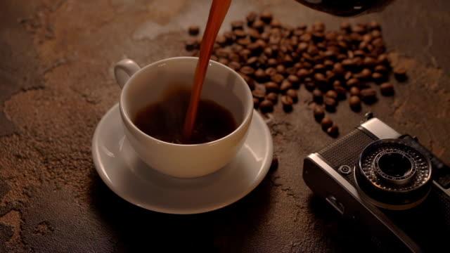 vídeos de stock e filmes b-roll de xícara de café com câmera retro - teobroma