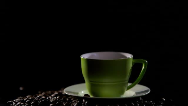 黒の背景に蒸気でホット コーヒーのカップ - ソーサー点の映像素材/bロール