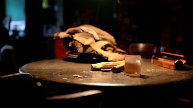 1杯のホットティー木製テーブルの上の - 材木点の映像素材/bロール